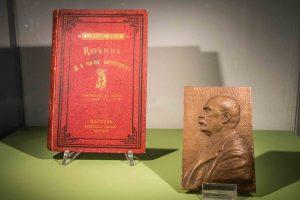 Placca raffigurante Corrado Ricci e la Guida di Ravenna.