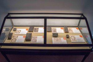 Una delle antiche vetrine contenente diverse matrici.