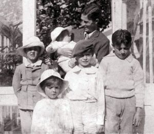 Arthur Llewelyn Davies con i suoi figli Jack, Peter, Nico, George e Michael.