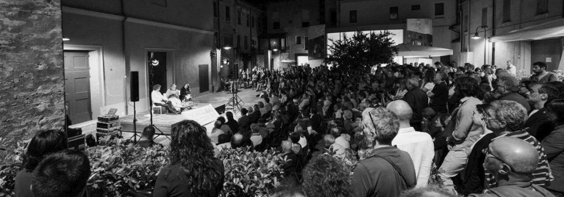 Scrittura Festival 2017, durante una conferenza in Piazza Unità d'Italia (Ravenna).