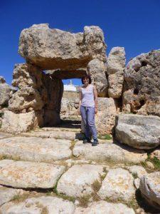 Monica Piancastelli presso i megaliti di Malta