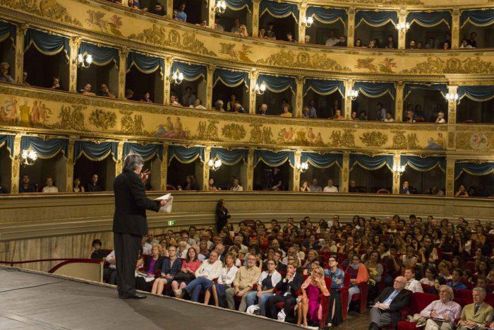 Muti interagisce col pubblico di una giornata di prova. Foto di Silvia Lelli.