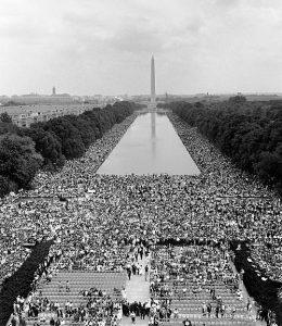 La folla presente al discorso di Martin Luther King davanti al Lincoln Memorial di Washington. Era il 28 agosto 1963.
