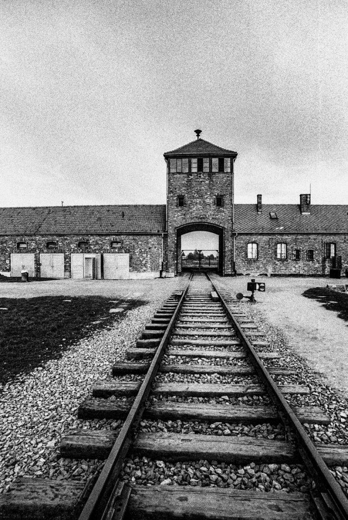 Ingresso a uno dei campi di concentramento. Foto di Maurizio Tanzi.