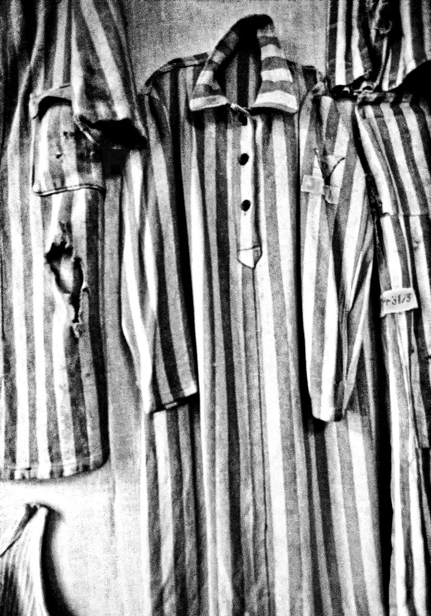 Alcuni uniformi indossati dai prigionieri. Foto di Maurizio Tanzi.