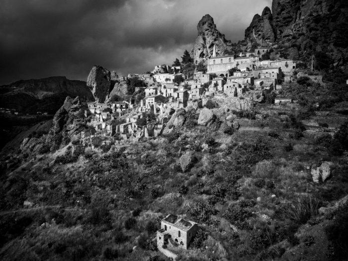 """""""Dei paesi"""". Foto di Pio Derose per PR2 Camera Work 2018."""